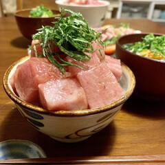 晩ごはん/晩ご飯/マグロ丼/おうちごはんクラブ/おうちごはん/グルメ/... マグロのぶつ切りで贅沢な晩ごはん♡ 脂ノ…