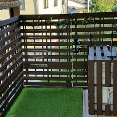 屋外用塗料/ジョイントパネル/人工芝/すのこリメイク/すのこDIY/すのこ/... ベランダを改造しました! すのこで板壁や…