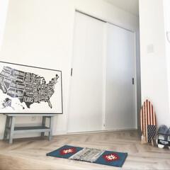 玄関マット/LIXIL床/LIXILドア/ホワイトヘリンボーン/インテリアポスター/ミニサーフボード/... 玄関インテリア。 白い壁紙にしているので…