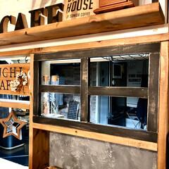 窓枠風/ニッペSTYLE/DIY女子/カウンター上棚/セリア/100均/... カウンター上の自作の棚。 右側の窓を作り…