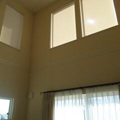 吹き抜け/吹抜け/吹抜/リビング/ロールスクリーン/暑さ対策 日差しよけに吹抜け窓にロールスクリーンを…