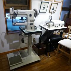 レザークラフト/革漉き機/ミシン レザークラフトのスペースに革用ミシンと革…