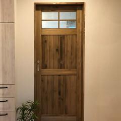 デザイン/間取り/おしゃれな家/泡ガラス/無垢扉/京都工務店/... 木の温もりあふれる無垢建具🚪 一枚の板で…