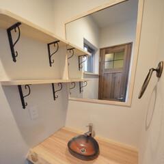 モダンインテリア/タオルリング/塗り壁/信楽焼/京都工務店/京都注文建築/... トイレを彩る鉄赤小判型手洗い鉢。 無垢の…