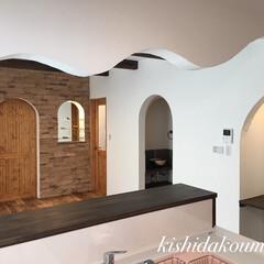 宇治/京都/デザイン住宅/無垢建具/無垢の床/塗り壁/... 真っ白な塗り壁と可愛い無垢建具。 泡ガラ…(1枚目)