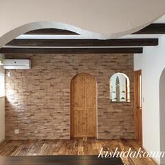 宇治/京都/デザイン住宅/無垢建具/無垢の床/塗り壁/... 真っ白な塗り壁と可愛い無垢建具。 泡ガラ…(2枚目)