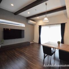 梁見せ天井/テレビの上の空間/リビング/おしゃれな空間/自然素材の家/宇治工務店/... 奥行きを感じさせる横長窓デザイン。 横長…