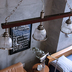照明/インテリア/モダン/コーディネート/ベッドルーム/寝室 古材風のウッドと縦にカットラインが施され…