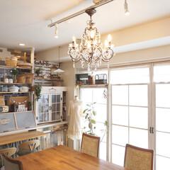 フレンチな雰囲気/カフェ風インテリア/ペンダントライト/シャンデリア/DIY/ディアウォール/... 部屋を全体的に撮りました☆ 存在感のある…