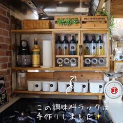 カフェ風キッチン/100均インテリア/調味料ラック/DIY/キッチン雑貨/雑貨/... キッチンのコンロ周り✨ 以前は、容器もバ…