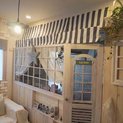 カフェ風/ペンダントライト/緑のある暮らし/発砲スチロールレンガ/板壁DIY/リビング/... 雑貨屋さんみたいにしたくて、セリアのカフ…
