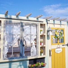 ベランダガーデニング/手作り小屋/ターナー色彩/ミモザイエロー/ミルクペイントforガーデン/DIY 先週日曜日🍀 手作り小屋のドアと窓枠を塗…