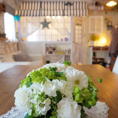 テーブルに花を/フレンチカントリー/ナチュラルインテリア/フラワーアレンジ/花のある暮らし/シャンデリア/... おはようございます🎵 節分も終わり、今日…