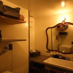 洗面所 レトロな鏡と照明で趣きある雰囲気に。シン…