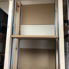 棚/地震対策/物置部屋/可変棚/2x4/フォロー大歓迎/... 物置部屋のスチール製ラックの上に、ただ単…
