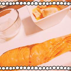 脂がのってる鮭/大きな鮭/甘塩/お腹いっぱいのお夕飯/鮭には大根おろし お夕飯は軽く、、、 滝波商店で買った 大…