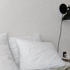 menu / メニュー / Yeh イェー ウォールテーブル ロー ホワイト / サイドテーブル スツール(その他インテリア雑貨、小物)を使ったクチコミ「ベッド周りは相変わらずシンプルにホワイト…」