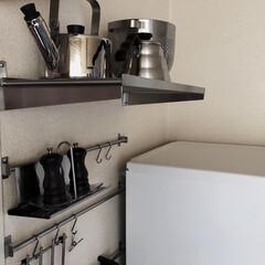 ミニマリスト/ミニマリスト目指します/ミニマル/ステンレス/収納/見せる収納/... キッチンレールの上はステンレスの棚を設置…