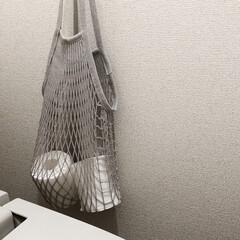 トイレットペーパー収納/ネットバッグ活用法/ネットバッグ/filt/ミニマリスト/ミニマル/... トイレpic トイレはお掃除道具やトイレ…