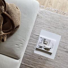 2.ホワイト)BENQUE 壁紙シール 無地 3D DIY ウォールステッカー はがせる 防水 45cm×10M(ウォールステッカー)を使ったクチコミ「リビングのソファー周りを上から見るとこん…」