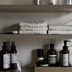 2.ホワイト)BENQUE 壁紙シール 無地 3D DIY ウォールステッカー はがせる 防水 45cm×10M(ウォールステッカー)を使ったクチコミ「写真は洗面所に設置した棚。 リビングに設…」