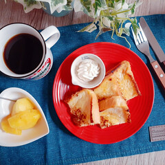食卓/フレンチトースト/あさごはん/食器/お皿/机/... セリアで見つけた赤いお皿😍 かわいい💕