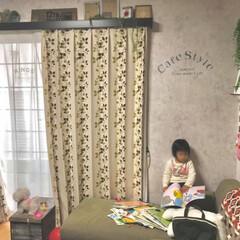 コンクリート風壁紙/壁紙屋本舗/ステンシル/おもちゃ箱/カーテンボックスDIY/すのこDIY/... 朝のリビング✨ 寒さ対策でカーテン半分閉…