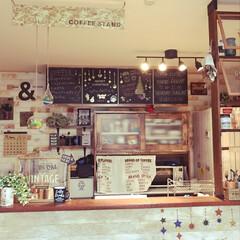 リメイクシート/テラリウム/カフェカーテン/カウンターキッチン/ラブリコ/シーリングライト/... カフェ風を目指したキッチンです♪ 黒板は…