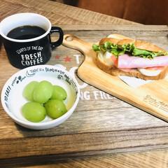 朝ごはん/コーヒー大好き/シャインマスカット/サンドイッチ/カフェトレイ/100均/... 朝ごはん✨ シャインマスカット頂きました…