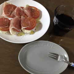 家飲み/おつまみ/ワイン 今日のつまみ😋 モッツァレラチーズとトマ…