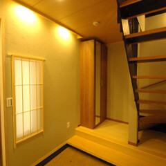 タタキ/三和土/玄関/鉄骨階段 ちょっと「和」の風味が欲しいとの事で、大…