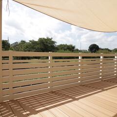 住まい/一戸建て/外構/お庭/エクステリア/ウッドデッキ/... 白い目隠しフェンスと日除けのシェード。