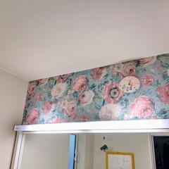 洗面台/ラッシュ/rasch/WALL DECO Kabeya/張り替え/壁紙 洗面台の上の壁が白(薄いベージュ)で寂し…