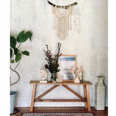 観葉植物/無垢材/西海岸インテリア/boho/ハンドメイド/マクラメタペストリー/... 砂壁だった玄関正面に新たな壁をDIYでデ…