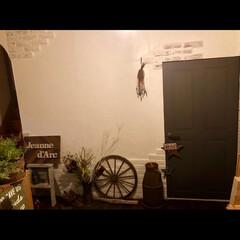 板張り/ミルク缶/ガーデンウィール/レンガ壁/漆喰壁/ドアリメイク/... 夜の玄関😊 写ってるとこ全部セルフリノベ…