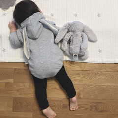 1歳2ヶ月/娘/ジェリーキャット/うさぎロンパース/うさぎ ふと見るとうさぎが2匹同じポーズで寝転ん…