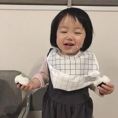おむすび/食いしん坊/1歳3ヶ月/娘 おむすびを両手に持ってほおばる食いしん坊…