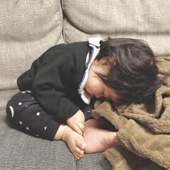 寝顔/寝相/娘/女の子ベビー/生後10ヶ月/赤ちゃん ソファで一緒にテレビを観ていたらいつのま…