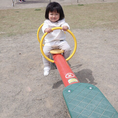 1歳3ヶ月/娘/シーソー/公園/LIMIAおでかけ部/おでかけ/... 前に公園行った時の。 懐かしのシーソーが…