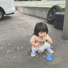 キッズコーデ/娘/1歳4ヶ月/外遊び/しゃぼん玉/雨季ウキフォト投稿キャンペーン しゃぼん玉で遊ぶ末っ子ちゃん。 上手にふ…