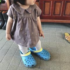 テータテート/キッズコーデ/クロックス/1歳4ヶ月/娘/令和元年フォト投稿キャンペーン じいじの家の玄関で遊んでるな〜と思って見…