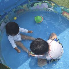 夏休み/水遊び/プール/おうちプール おうちプールを楽しむ息子と末っ子ちゃん。…