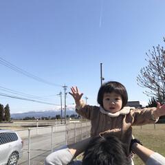 父と娘/娘/1歳1ヶ月/肩車/空/小さい春 昨日はとっても良い天気でした☀︎ 雲ひと…