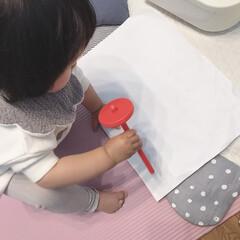 真似っこ/お絵かき/1歳3ヶ月/娘 ふと末っ子ちゃんを見ると、壊れたおもちゃ…