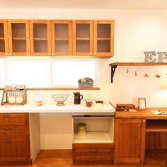キッチン収納/手作りの背面収納/ナチュラルなキッチン/ナチュラルなキッチン収納/デザインガラスの入った吊戸 ウッドワンの背面収納と製作の吊戸と棚そし…