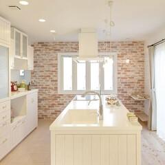 レンガの壁/白いキッチン/ピロティーのある家/オーダーのキッチン/アイランドキッチン オーダーのアイランド型キッチンと収納です…