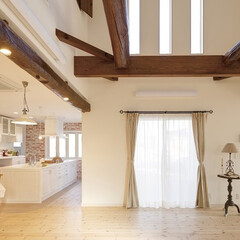 アイランド型のキッチン/ピンクのレンガの壁/パティオのある家/古木の梁/吹抜けのある家/フレンチスタイルの家 アイランドキッチンと古木梁のある吹抜けの…