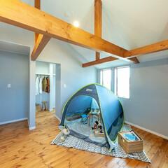 無垢の床/梁/勾配天井/高い天井/北欧スタイル/リボスの塗装 無垢の床に、勾配天井の梁のある洋室です。(1枚目)