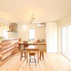 檜の床/大谷石の壁/漆喰の壁/和モダンの家/檜の香り/爽やかな家 檜の床に1面の大谷石、無垢材を貼ったダイ…