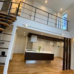 アイアンの階段/ストリップ階段/アイランド型キッチン/オークの床/ハイドア/吹抜 ナチュラルモダンなお家の、大きな吹抜に鉄…(1枚目)